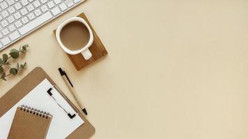 koffie en exemplaarruimte op bureau foto