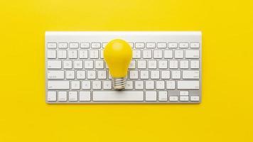 toetsenbord met gele gloeilamp foto