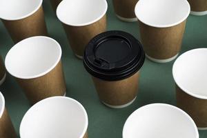 opstelling van wegwerpkoffiekopjes foto