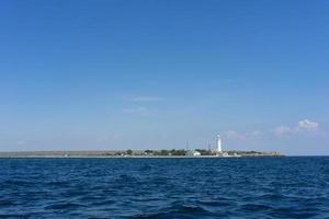 marien landschap met uitzicht op de kustlijn van de kaap van de tarkhankut foto