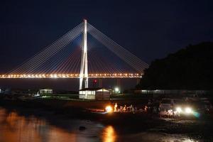 nachtlandschap met uitzicht op de Russische brug. foto