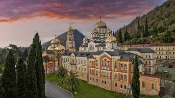 landschap met uitzicht op het nieuwe christelijke klooster van athos. foto