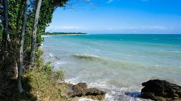 zeegezicht met rotsen dichtbij de kustlijn. Abchazië foto