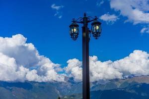 de lantaarn in de oude stijl op de achtergrond van de blauwe hemel foto