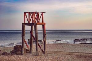 marien landschap met uitzicht op glazen strand. foto