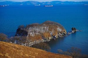 natuurlijk landschap met uitzicht op de nakhodka-baai. foto