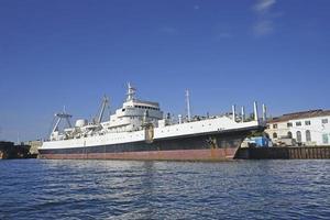 marien landschap met uitzicht op oorlogsschepen op de pier. foto