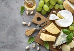 verschillende soorten kaas en snacks foto