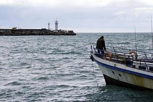 zeegezicht met uitzicht op de visser foto