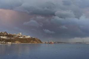 zeegezicht met uitzicht op cape egersheld. vladivostok foto
