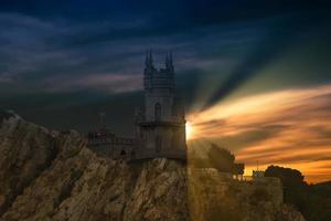 het dramatische landschap met uitzicht op het kasteel foto