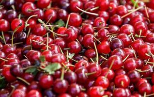 natuurlijke achtergrond met rode kersenvruchten foto