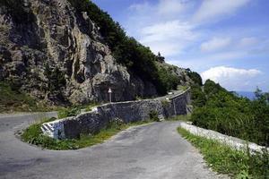 berglandschap. kronkelige weg naar de berg ai-petri, de krim. foto