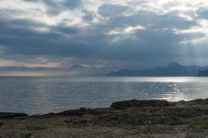 zeegezicht met uitzicht op de bergen en de zee in Megan Bay. foto