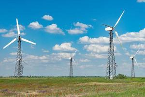 panorama van windmolenparken tegen de blauwe hemel met wolken. foto