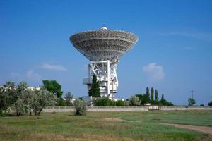 natuurlijk landschap met uitzicht op de rt-70 radiotelescoop. foto