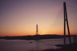 zee landschap met uitzicht op de Russische brug bij zonsondergang. foto