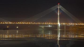 Russische brug tegen de nachtelijke hemel. foto