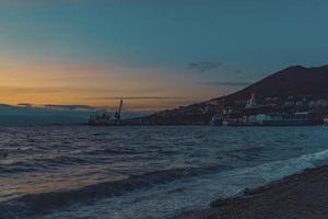 zeegezicht met uitzicht op de zonsondergang en de kustlijn. foto