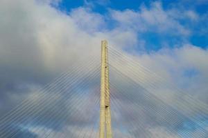 pylonen van de Russische brug tegen de blauwe hemel. foto