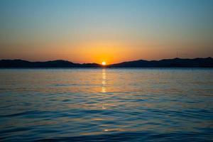 marien landschap met uitzicht op een prachtige zonsondergang. foto