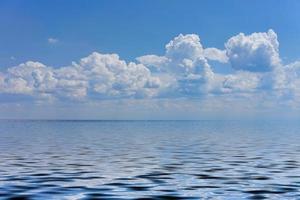 zeegezicht met een groot kiezelstrand en een blauwe zee aan de horizon. foto