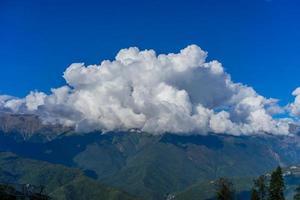 berglandschap tegen bewolkte blauwe hemel in Krasnaya Polyana Sochi foto