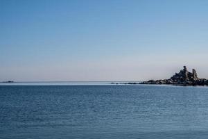 zeegezicht met prachtige rotsen in de baai foto