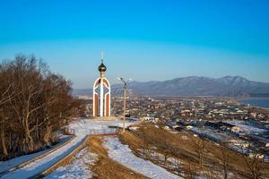 panorama van het stadslandschap met een kapel. foto