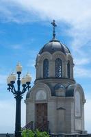 kapel aan de waterkant van de stad. foto