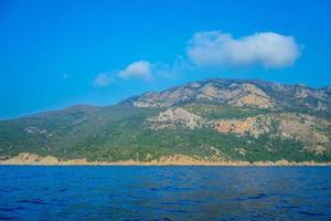 zeegezicht met uitzicht op de bergen nabij de kustlijn. foto