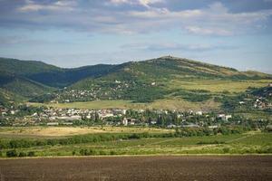 landschap met uitzicht op velden en bergen foto