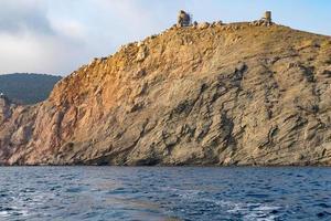 uitzicht vanaf de zee op een rotsachtige kustlijn foto