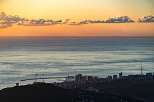 de kustlijn van de stad Sotsji en de Zwarte Zee foto
