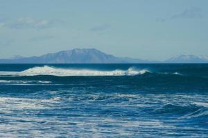 mooie golf op de achtergrond van het zeegezicht. foto