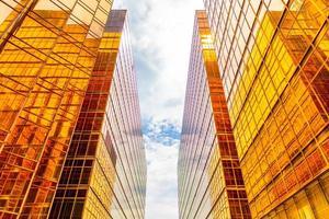 gouden hoge gebouwen en glasreflecties in het eiland van hong kong, bedrijfsconcepten van gebouwen en architectuur foto
