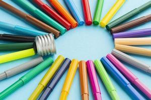 gekleurde pennen in gloeilampvorm foto