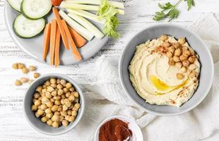 bovenaanzicht hummus met kikkererwten en groenten foto