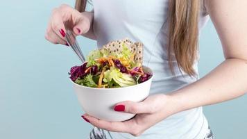 vrouw met grote kom met groentesalade foto