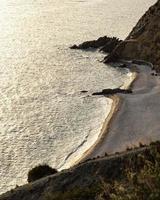 uitzicht op de kustlijn van bovenaf foto