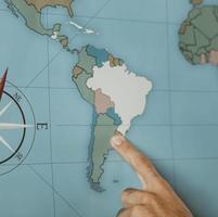 persoon die naar Zuid-Amerika wijst op een kaart foto
