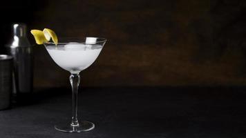 verfrissend cocktailglas klaar worden geserveerd foto