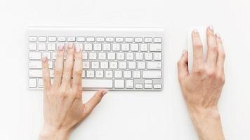 bovenaanzicht bureau concept met toetsenbord foto