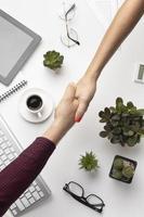 mensen handen schudden op kantoor foto