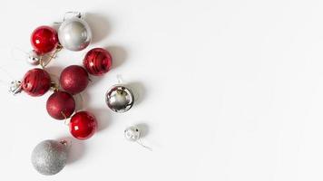 kleine glanzende kerstballen op tafel foto