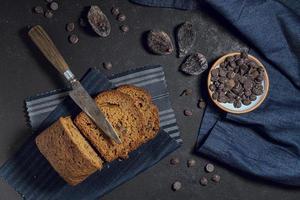 plakjes cake met chocoladeschilfers foto
