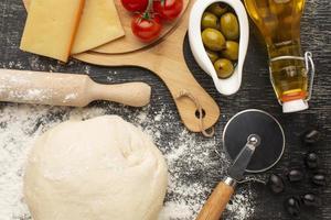deeg en pizza-ingrediënten foto