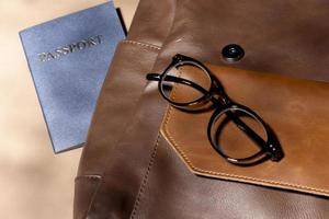 close-up rugzak met paspoort en bril foto