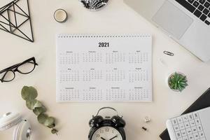 bovenaanzicht bureau 2021 kalender. mooi fotoconcept van hoge kwaliteit en resolutie foto