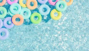 bovenaanzicht van het zwembad met veel pastelkleurige drijvers, 3d render foto